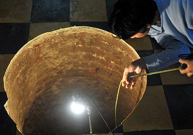 """Frau findet nach """"Explosion"""" 12-m-Loch unterm Bett (Bild: AFP)"""