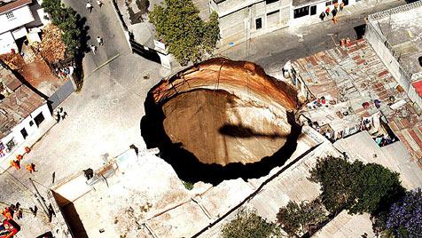 """Frau findet nach """"Explosion"""" 12-m-Loch unterm Bett (Bild: EPA)"""