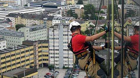 Elf Florianis retten Vogel von 74 Meter hohem Turm in Linz (Bild: APA/ENERGIE AG)