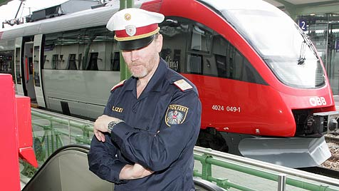 NÖ: Messer-Mann in Zug verletzt Frau und nimmt Geisel (Bild: Andi Schiel)