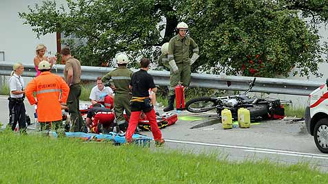 Alko-Lenker rast in OÖ in vierköpfige Motorrad-Gruppe (Bild: Phillipp Wiatschka)