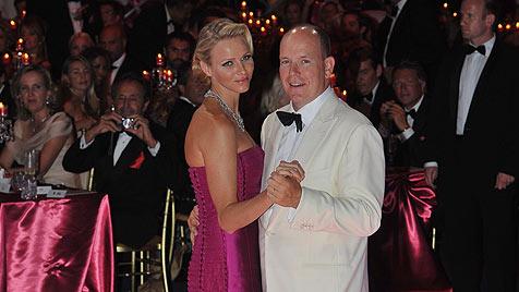 Monaco: Albert und Charlene strahlen beim Rot-Kreuz-Ball (Bild: EPA)