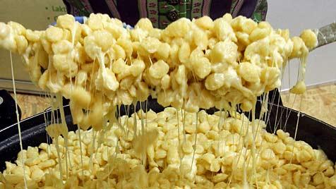 Dornbirner kreierten 6.141 Portionen Käsespätzle in 24 h (Bild: EPA)