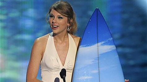Sängerin Taylor Swift räumt sechs Surfbretter ab (Bild: AP)