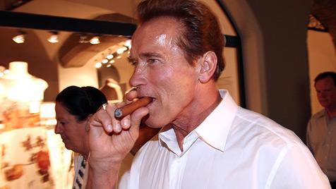 Rauchersheriffs in Salzburg und Graz zeigen Arnie an (Bild: EPA)