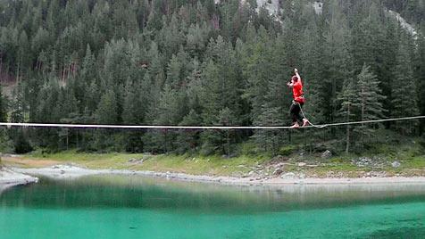 """Steirer balanciert auf """"Slackline"""" 160 Meter weit über See (Bild: APA/ARCHIV KEMETER)"""