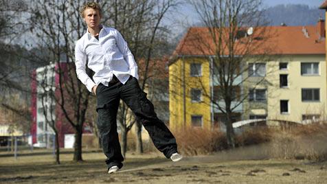 """Steirer balanciert auf """"Slackline"""" 160 Meter weit über See (Bild: APA/MICHAEL MAILI)"""