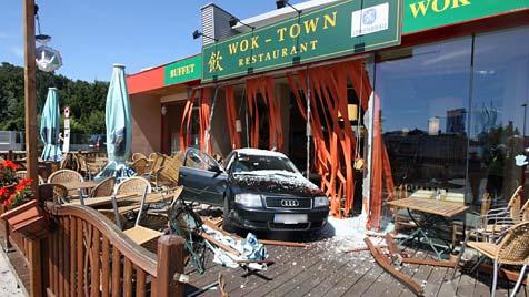 Pkw kracht in St. Pölten rückwärts in China-Restaurant (Bild: Freiwillige Feuerwehr St. Pölten-Stadt)