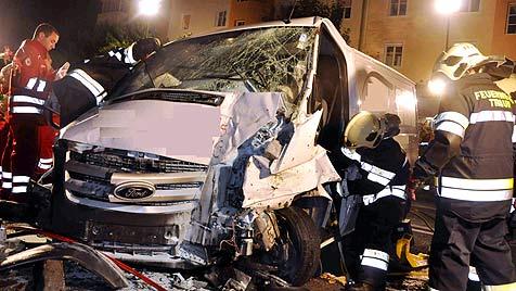 20-Jähriger stiehlt Lieferwagen und demoliert 6 Autos (Bild: APA/FF Traun/Florian Kollmann)