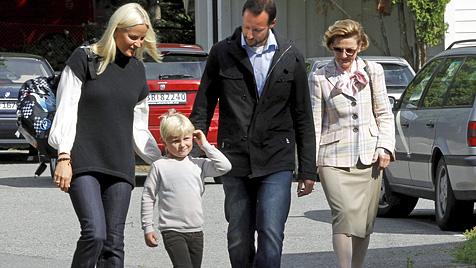 Erster Schultag für Norwegens Prinzen Sverre Magnus (Bild: AP)
