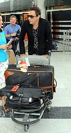Jamie Hince landet ohne Kate Moss in Wien-Schwechat (Bild: APA/HERBERT PFARRHOFER)