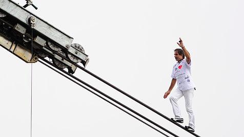 "Auf 3.000 Meter ""hinaufbalanciert"" - Weltrekord! (Bild: EPA)"