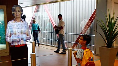 Holographische Flugbegleiter helfen in Paris-Orly aus (Bild: AP)