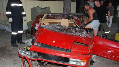 NÖ: 19-Jähriger rast mit 400-PS-Ferrari gegen Hausmauer (Bild: Thomas Lenger)