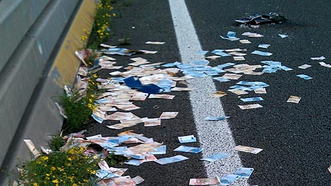 NL: Geldregen auf Autobahn führt zu Massenstau (Bild: EPA)