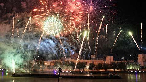 Einstündiges Mega-Feuerwerk bei Linzer Klangwolke (Bild: APA/RUBRA)