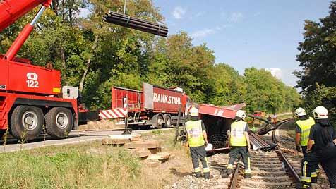 Laster in NÖ kippt um: Eisenrohre blockieren Bahnlinie (Bild: Thomas Lenger/Monats Revue)
