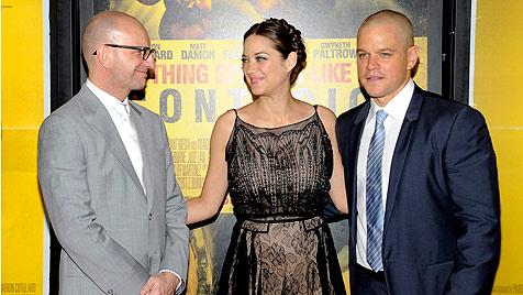 Michael Douglas feiert mit Matt Damon bei Premiere (Bild: AP)