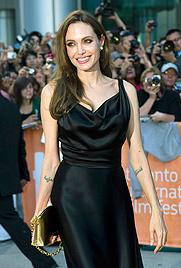 Jolie in goldenen Handschellen am roten Teppich (Bild: AP)