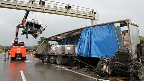 OÖ: 14 km langer Stau nach Lkw-Unfall auf der A1 (Bild: APA/MATTHIAS LAUBER)