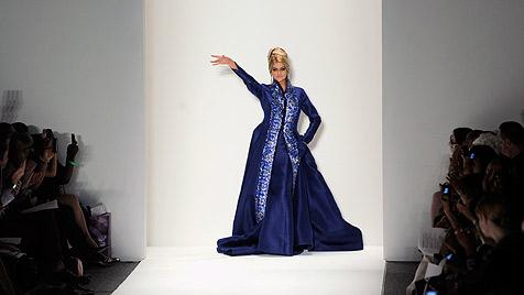 US-Star Kirstie Alley überrascht mit 60 als Laufsteg-Model (Bild: AP)