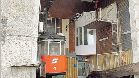 Gondeln steckten fest: Techniker über 95 Meter abgeseilt (Bild: ÖBB)