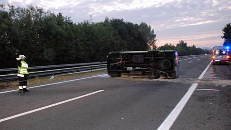 Acht Illegale nach Unfall auf A3 in Wald geflüchtet (Bild: Thomas Lenger)