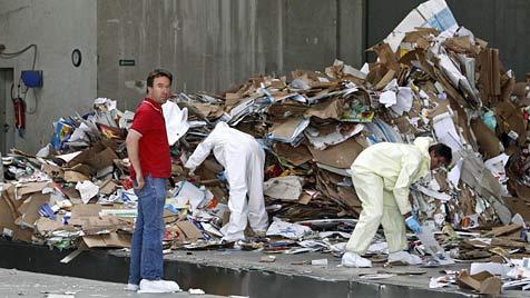 Sbg: Mitarbeiter finden Leiche in Papiercontainer (Bild: Markus Tschepp)