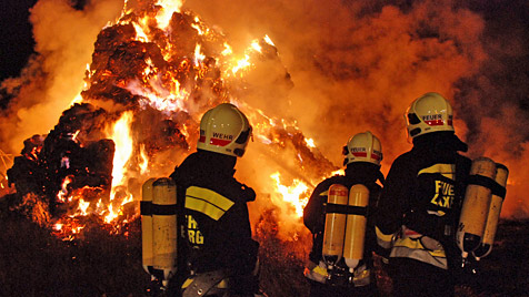 Turm aus 700 Strohballen an A2 in NÖ abgebrannt (Bild: Herbert Wimmer/BFK Mödling)