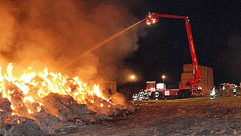 NÖ: 650 Strohballen gingen in Flammen auf (Bild: Thomas Lenger/Monats Revue)