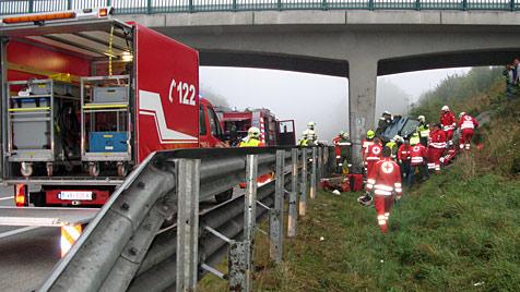 Frau prallte gegen Pfeiler auf A1 in OÖ - schwer verletzt (Bild: FF St. Georgen im Attergau)