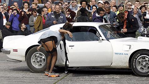 Rihanna pöbelt im deftigen Strapsen-Look durch Belfast (Bild: AP)
