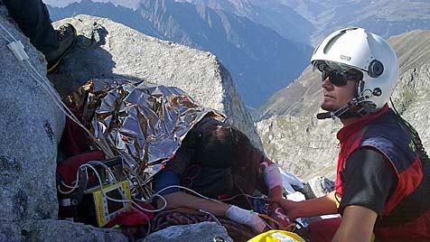 Alpinistin unter Fels gefangen ++ Pilot landet in Steilhang (Bild: Christophorus/Stoffaneller)