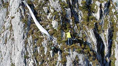 Alpinistin unter Fels gefangen ++ Pilot landet in Steilhang (Bild: ÖAMTC)