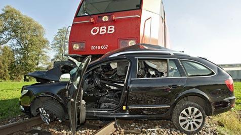 Lokomotive kracht auf Bahnkreuzung in Pkw - Mann tot (Bild: APA/Manfred Fesl)
