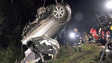 Pkw in Salzburg in 2 Teile gerissen - ein Insasse getötet (Bild: APA/AKTIVNEWS)