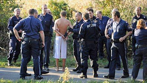Supermarkträuber von Polizei-Armada in NÖ gefasst (Bild: Thomas Lenger)
