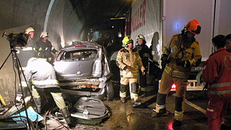 Sattelschlepper rammt Auto in Tunnel: Ehepaar tot (Bild: FF Kefermarkt)