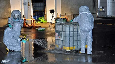 Ätzende Essigsäure in Chemiefirma in NÖ ausgetreten (Bild: Lukas Derkits/BFK Mödling)