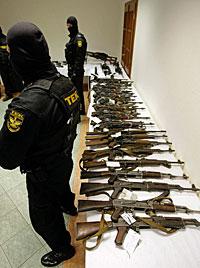 Antiterroreinheit konfisziert Waffen von Pitts Drehort (Bild: AP)