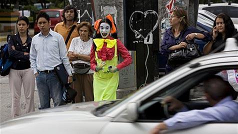 Pantomimen sorgen für Ordnung auf Caracas' Straßen (Bild: AP)