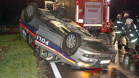 Polizeiauto landet bei Einsatz-Unfall in OÖ auf dem Dach (Bild: APA/FF REGAU)