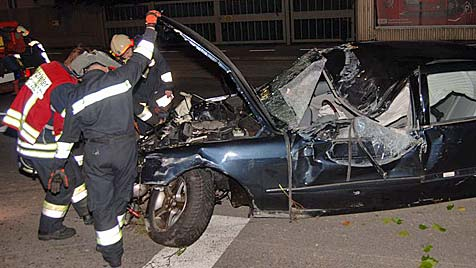 Burschen klettern in NÖ fast unverletzt aus Unfallwrack (Bild: Thomas Lenger/Monats Revue)