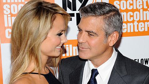 Clooney zeigt sich erstmals offiziell mit Freundin Stacy (Bild: AP)