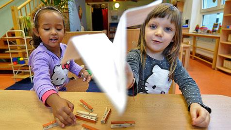 """""""Zeugnisse"""" gibt es künftig schon im Kindergarten (Bild: APA/HERBERT NEUBAUER)"""