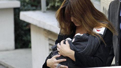 Hier verlässt Carla Bruni das Spital mit Töchterchen Giulia (Bild: AP)
