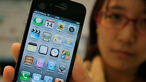 Akku des iPhone 4S schwächelt und erhitzt schnell (Bild: AP)