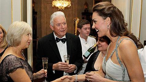 Herzogin Kate zeigt bei 1. Solo-Auftritt geheime OP-Narbe (Bild: AP)