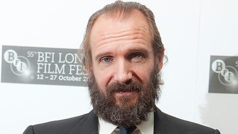 Ralph Fiennes schreckt Fans mit ungepflegtem Bart (Bild: AP)