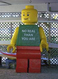 Riesige Lego-Figur am Strand von Florida aufgetaucht (Bild: AP)